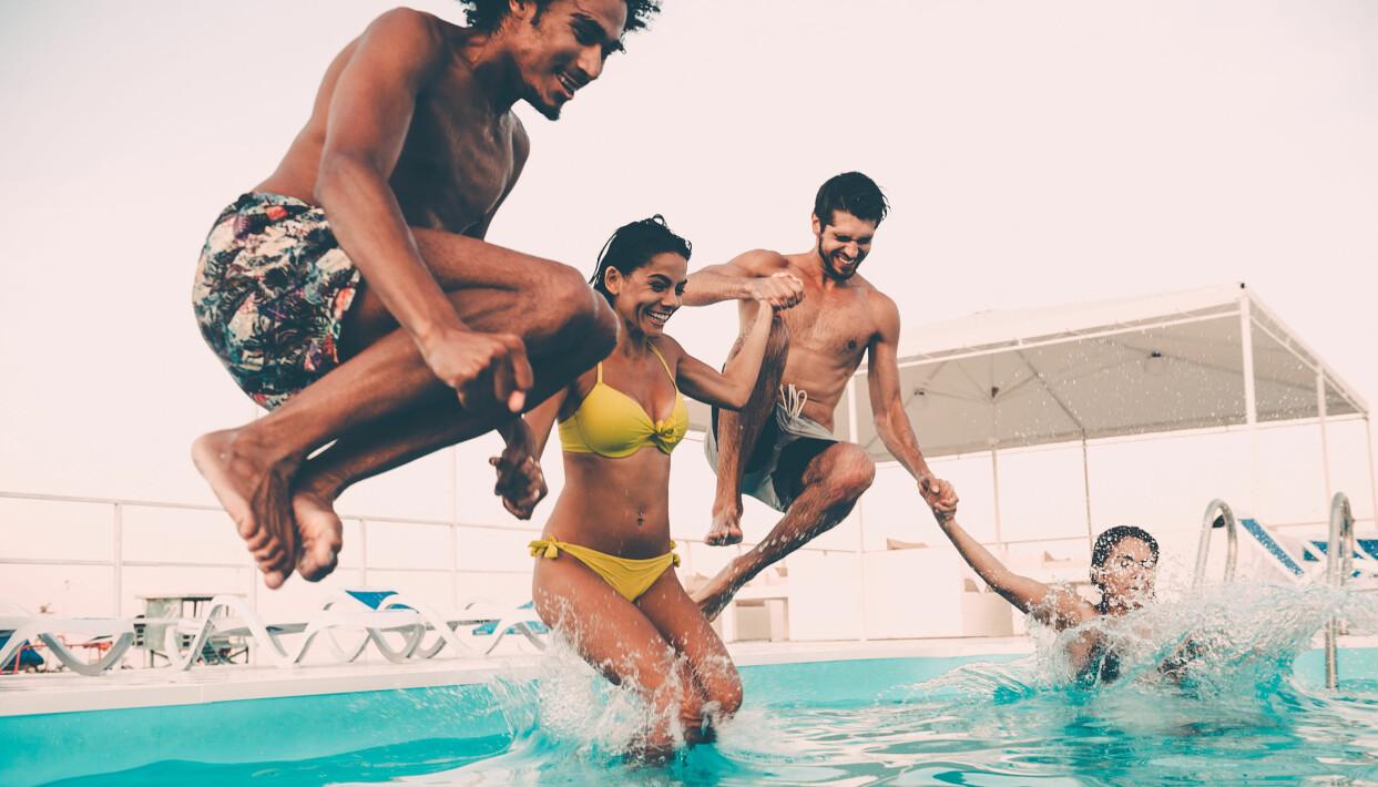 Kompisgäng badar i en pool.