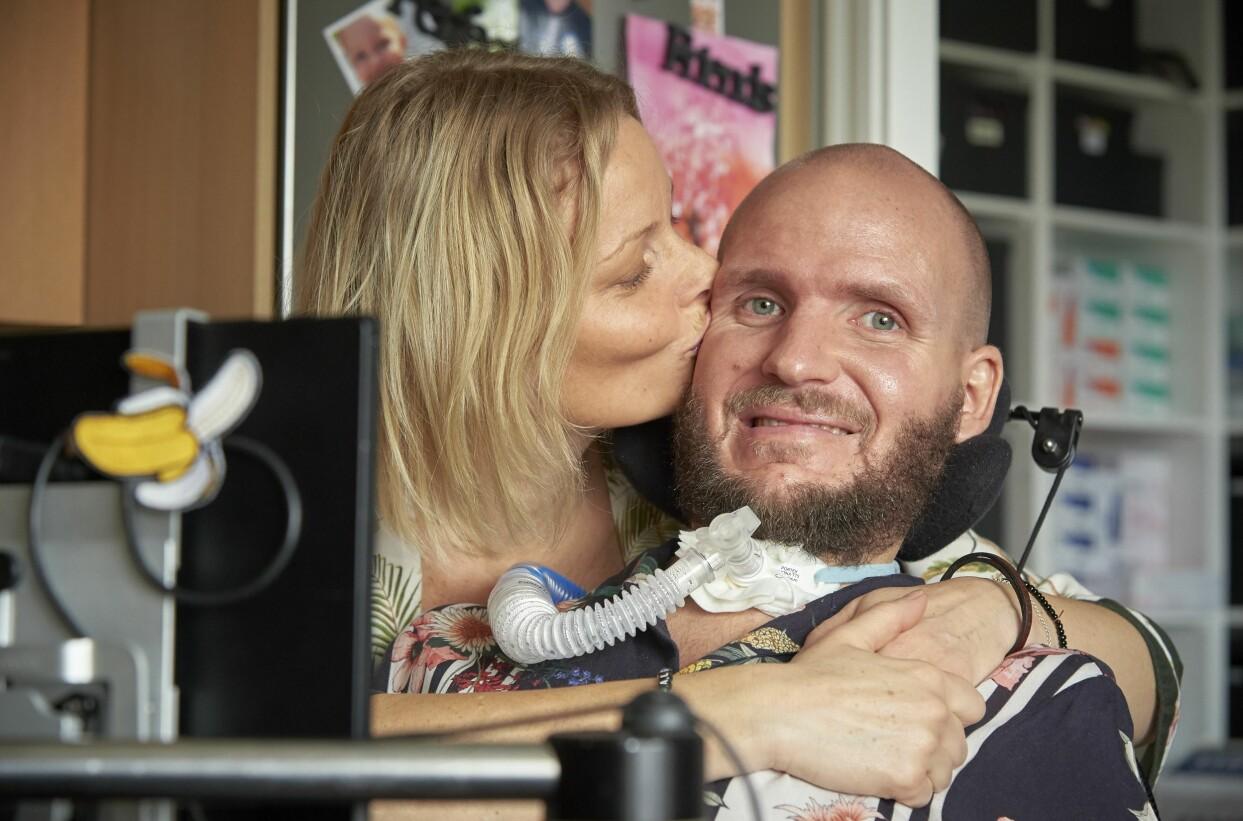 Marie pussar sin älskade Charlie på kinden. Foto: Stefan Lindblom