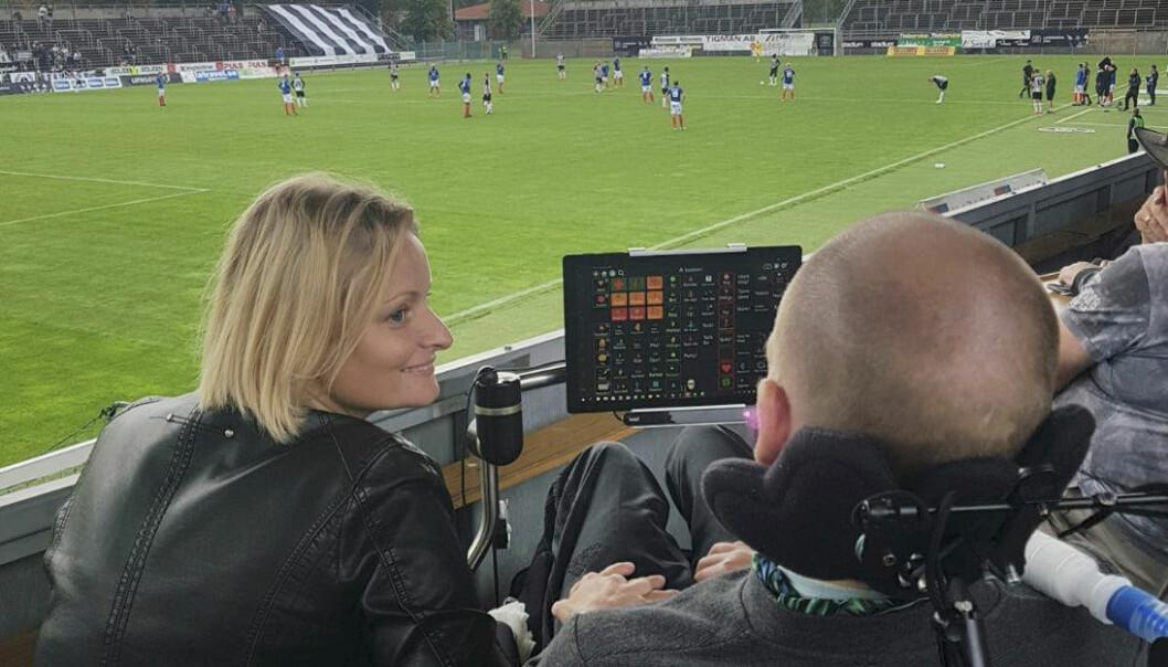 Sjukdomen hindrar inte paret från att göra roliga saker, som att gå på fotbollsmatch. Foto: Privat