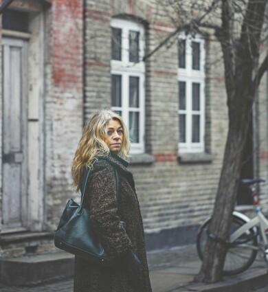 Anna har accepterat och slutat kämpa mot sorgen. Här promenerar hon på en gata. Foto: Camilla Stephan