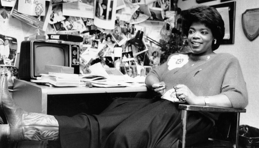 En svartvit bild på Oprah Winfrey som sitter på ett kontor efter en tv-sändning.