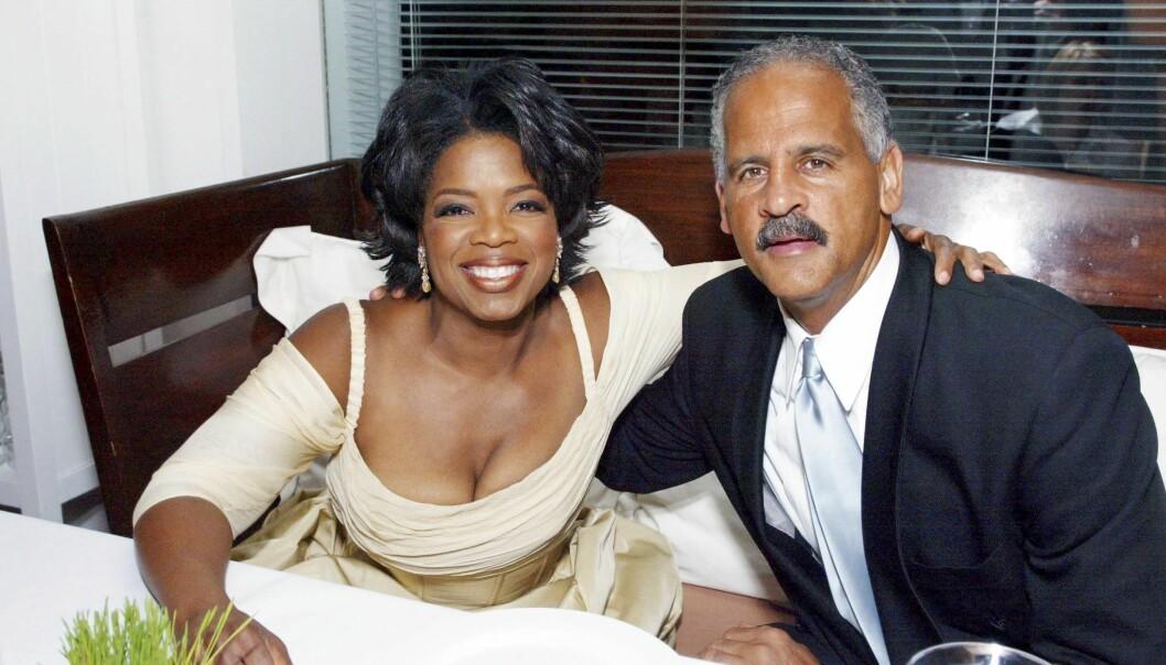 Oprah Winfrey håller om sin partner Stedman Graham.