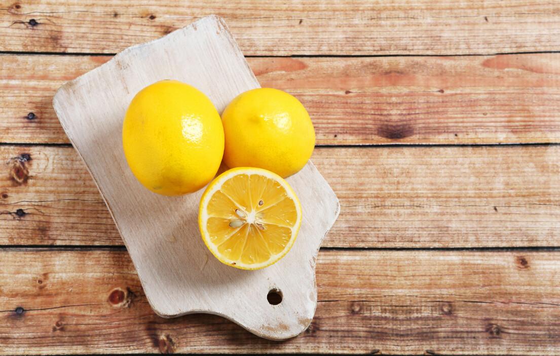 Citroner på en skärbräda.