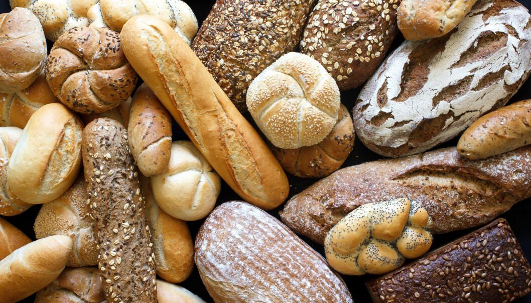 Olika sorters bröd ligger på ett bord.