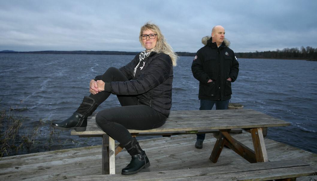 Ellen och Rickard sitter på ett bord på en brygga vid havet och berättar om de tuffa åren med bipolär sjukdom.
