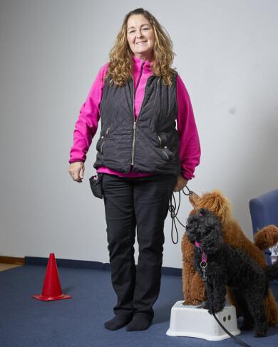 Pia Dahlqvist, som drabbades av stroke, tillsammans med sina två hundar som hjälper henne tillbaka till livet.
