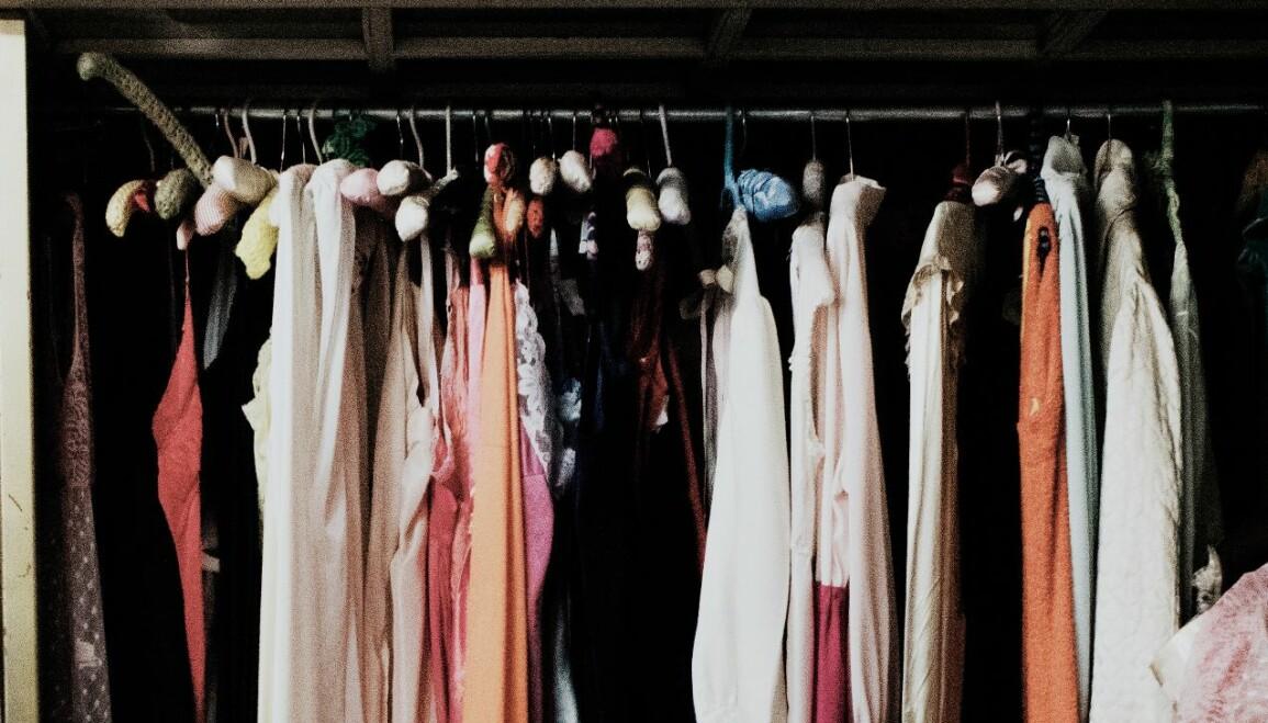 Kläder som hänger tätt och klumpigt i en garderob och därför inte håller lika länge.
