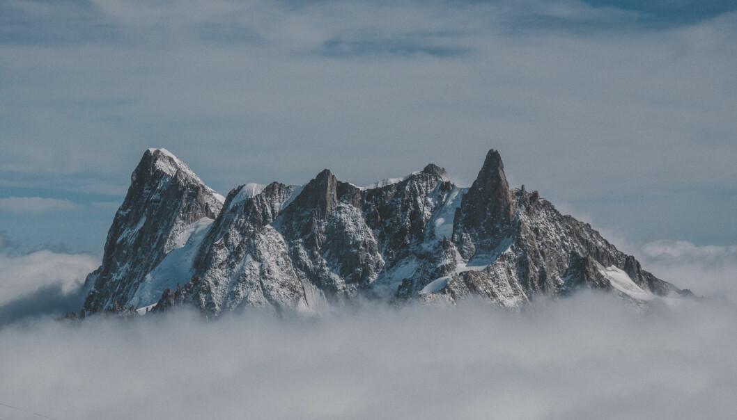 Bergstoppar sticker upp ur dimma.