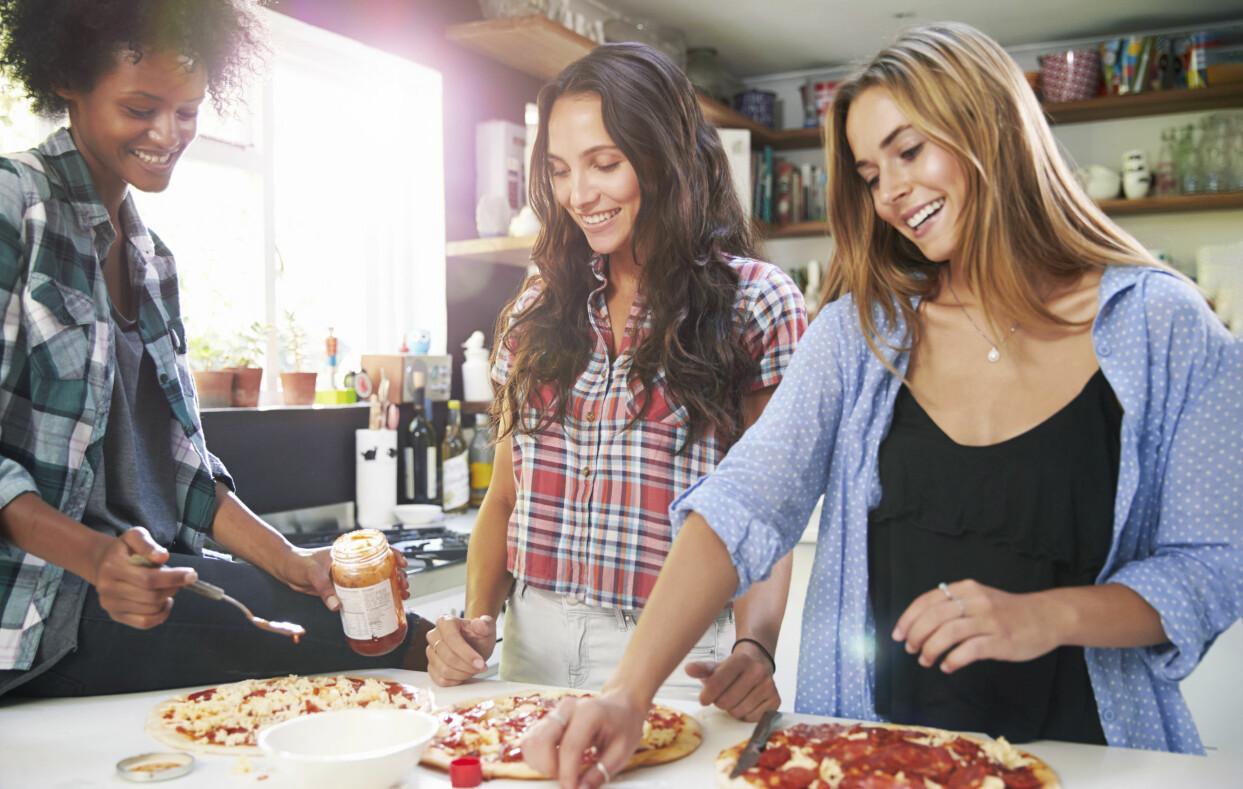 Tre kvinnor lagar mat tillsammans i stället för att köpa hämtmat.