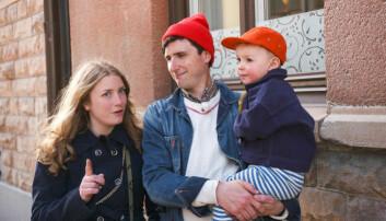 Elsa Billgren, tillsammans med maken Pontus de Wolfe och sonen Lynn de Wolfe på en trottoar i Stockholm hösten 2019.