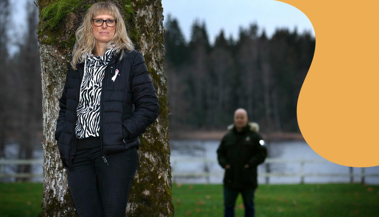 Ellen står vid en trädstad. I bakgrunden syns hennes man Rickard.