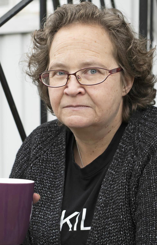 Porträtt av Ylva som dricker kaffe.