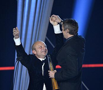 Jonas Gardell prisas på Kristallen-galan för Torka aldrig tårar utan handskar.