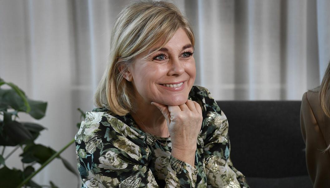 Pernilla Wahlgren ler mot kameran och berättar om nya säsongen av Wahlgrens värld.