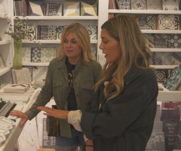 Pernilla Wahlgren och Bianca Ingrosso väljer kakel i säsong 6 av Wahlgrens värld.