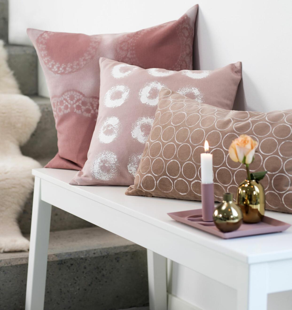 Tre rosa kuddar från H&M Home med egengjort textiltryck