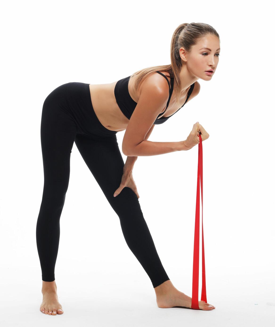Kvinna tränar med gummiband.