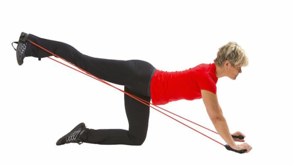Kvinna visar övningar med gummiband.