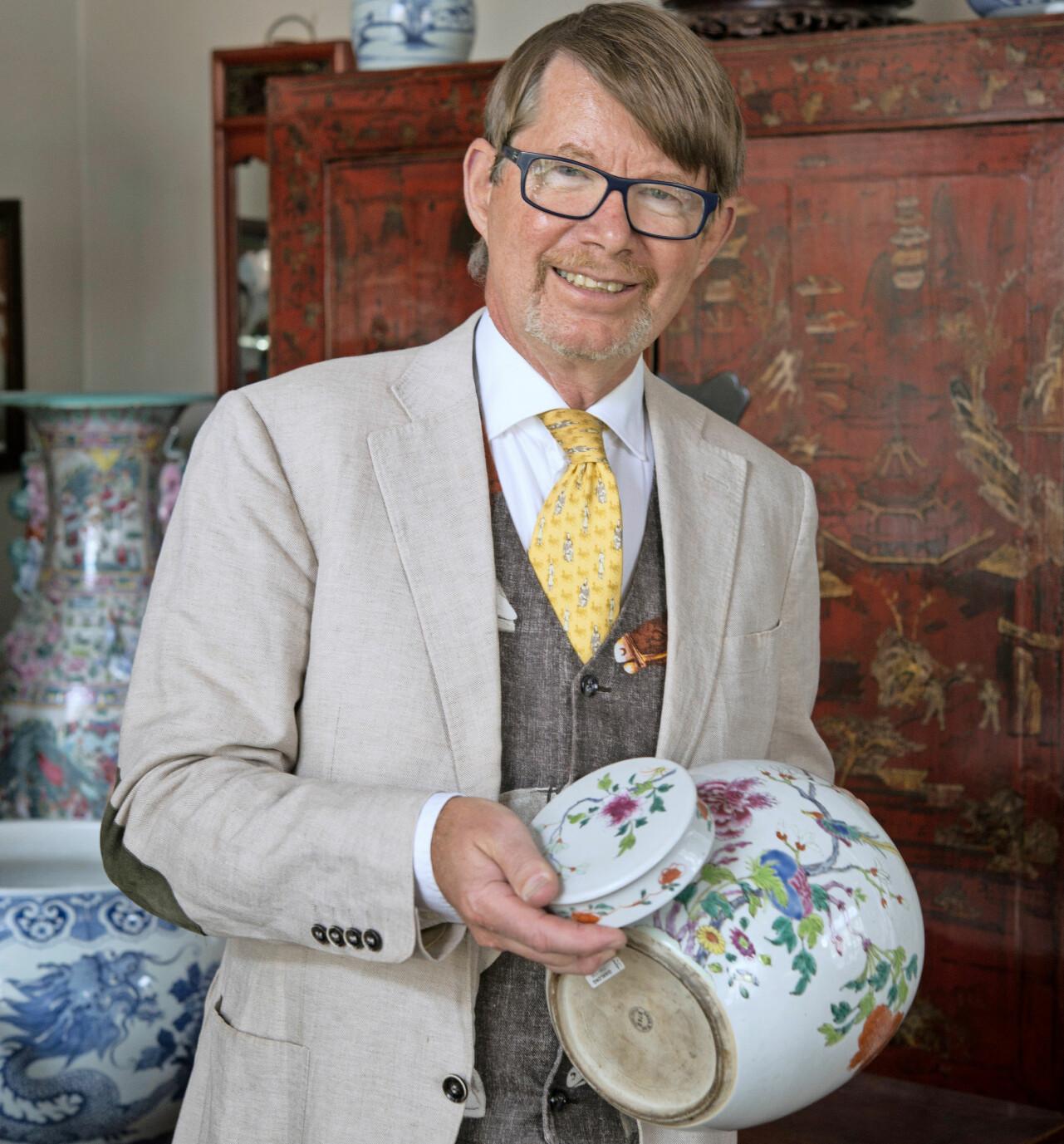 Björn Gremner är expert på ostindiskt porslin och hur man känner igen äkta vara.