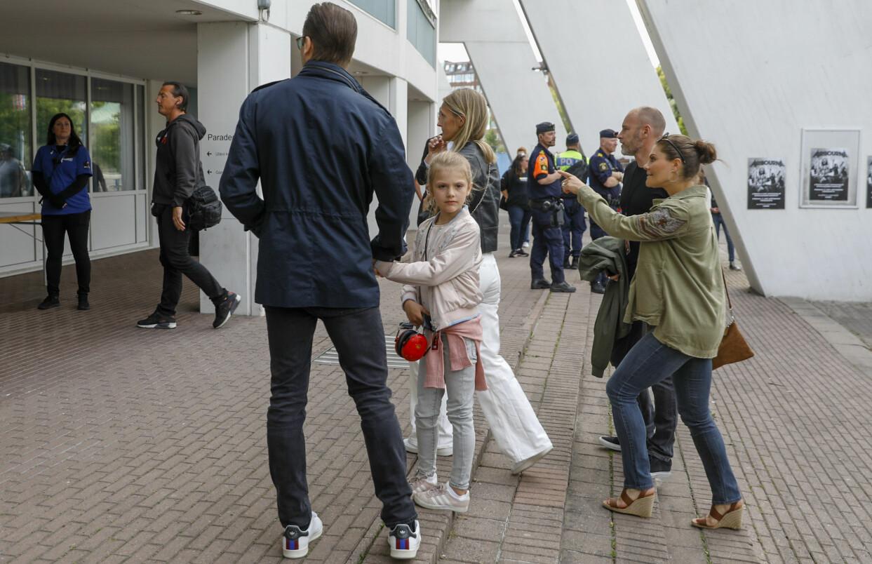 Estelle anländer till Metallicas konsert på Ullevi med mamma Victoria och pappa Daniel.
