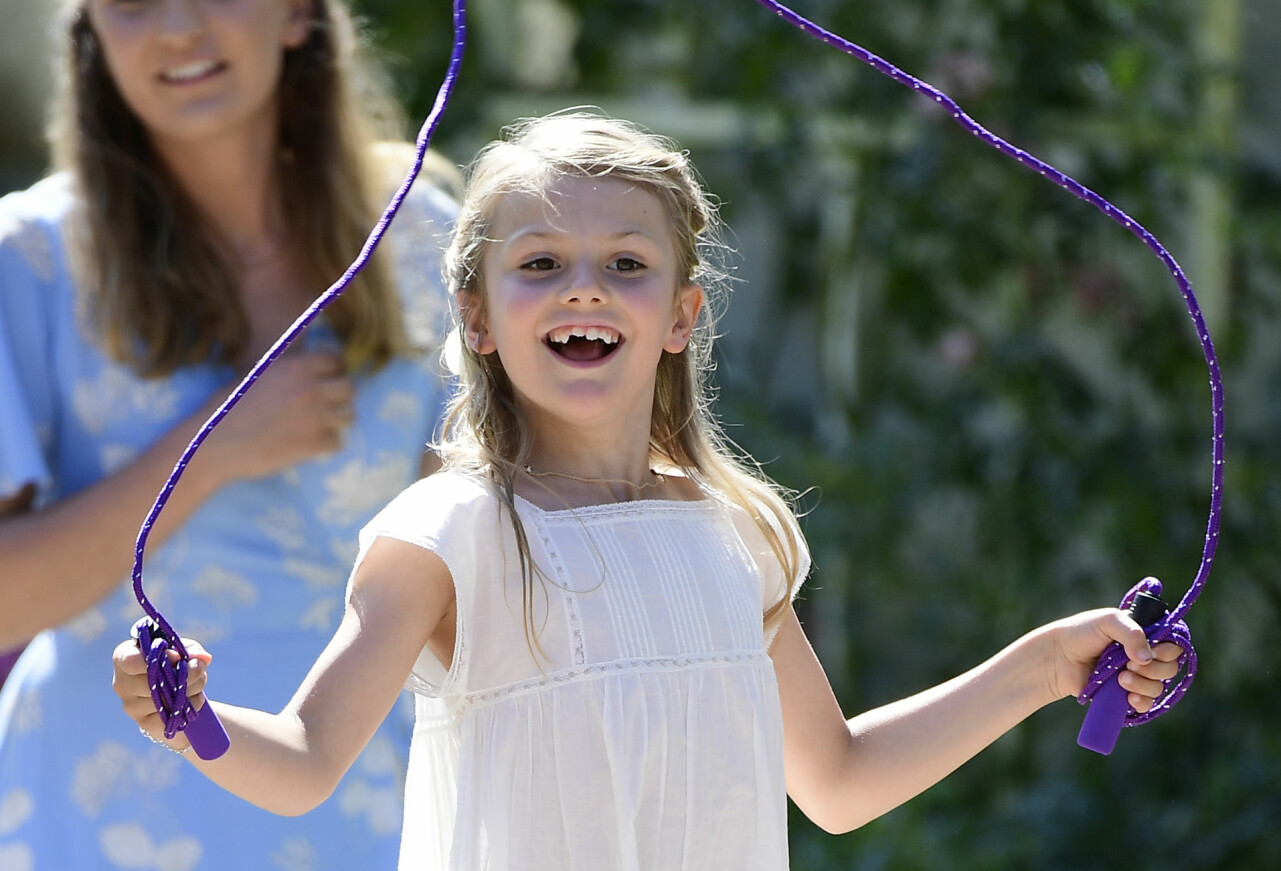 Prinsessan Estelle hoppar hopprep en solig sommardag.