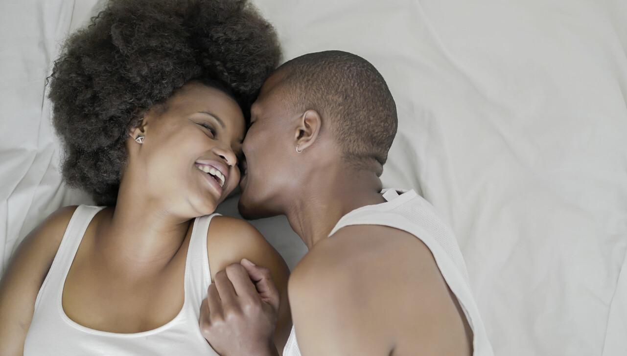 Kvinna och man njuter i sängen.