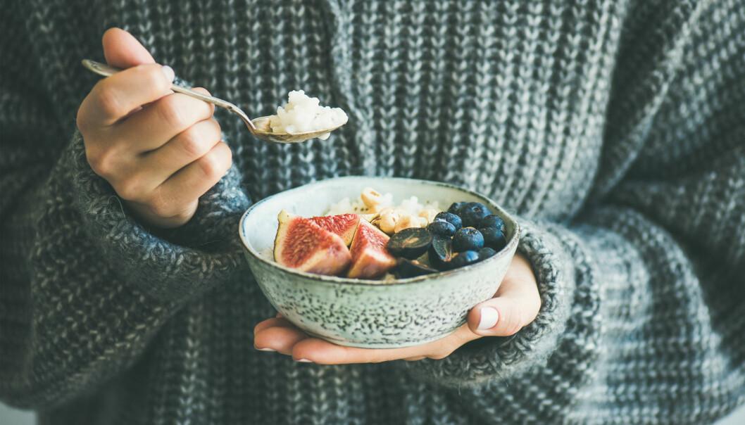 Kvinna håller en skål med nyttig mat.
