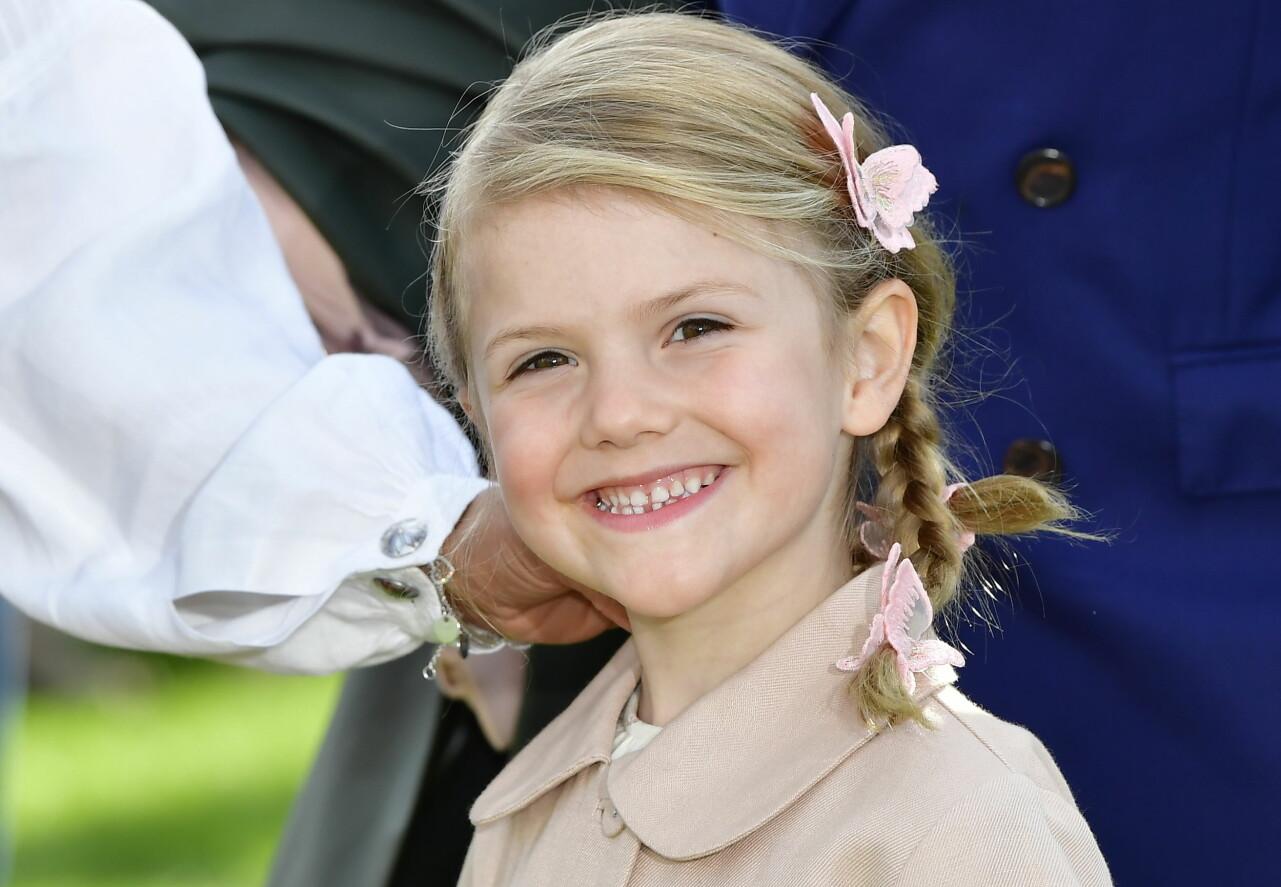 Prinsessan Estelle ler mot kameran sommaren 2017.