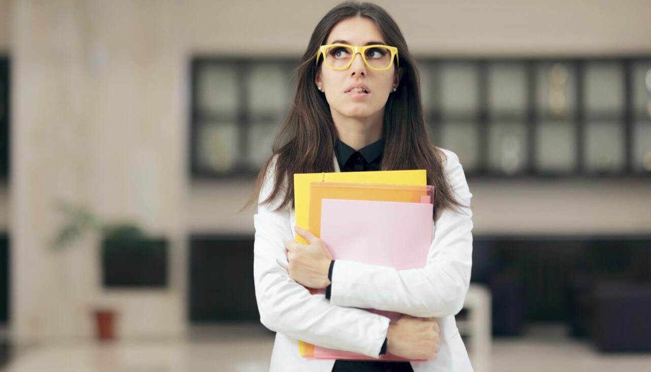 Ung kvinna som ser tveksam och orolig ut.