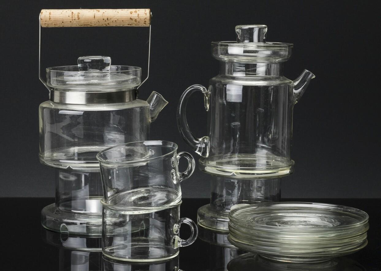 En uppsättning med te- och kaffekannor på värmeställ samt 12 tekoppar från Boda Nova