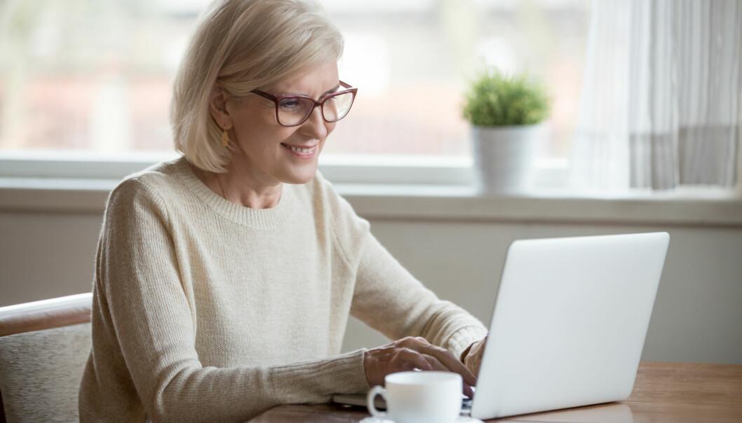 Senior kvinna gör sin deklaration på internet.