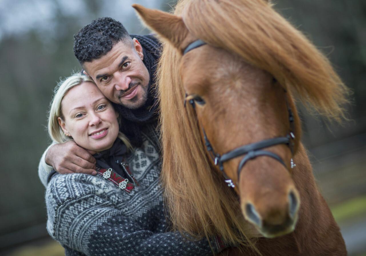 Maria och Ahmad träffades på en hästgård.