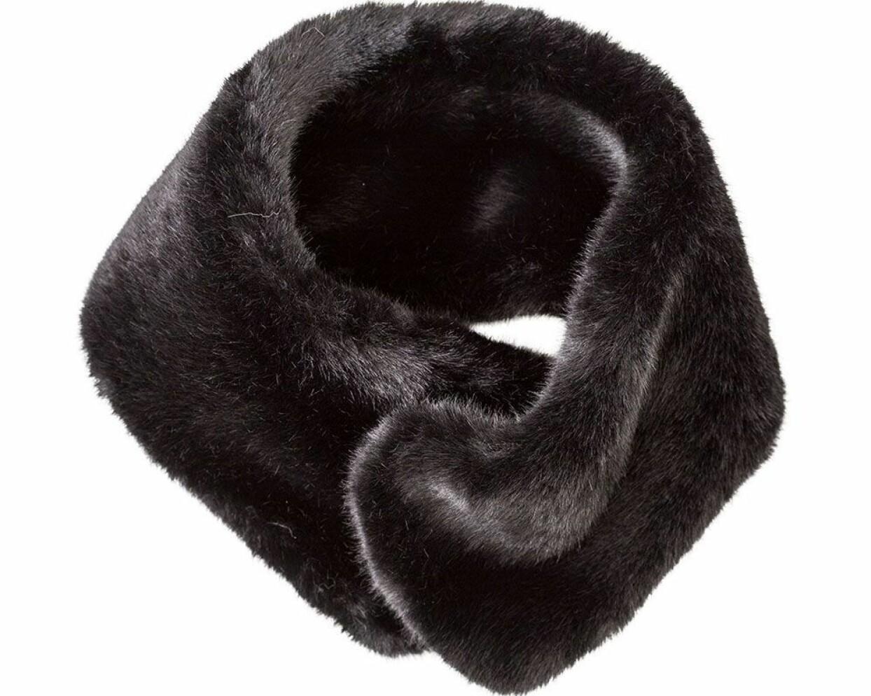 Fuskpälskragen i sin stilrena svarta design.