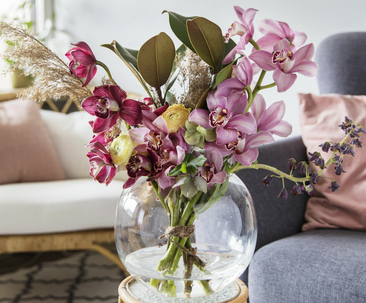 Orkidé som snittblomma i vas.