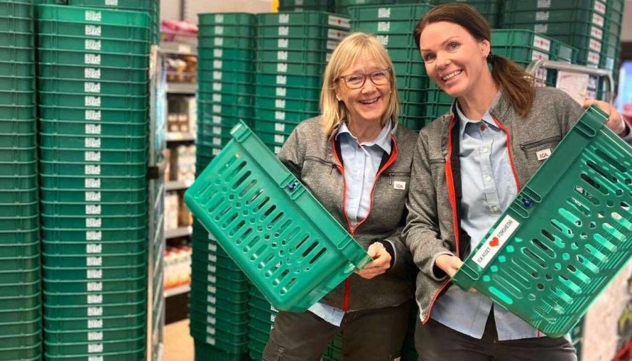 Susanne Petersson och Sara Johansson med butikens nya kundkorgar som man får köpa med sig hem.