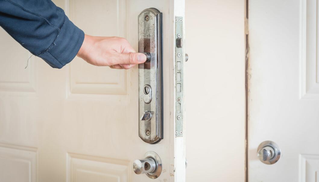 Man öppnar dörr och ska gå ut.