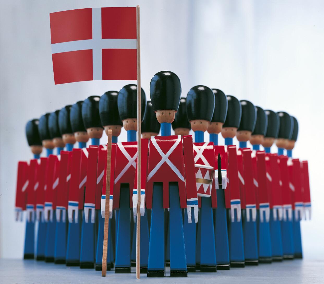 Dronningens soldater med dansk flagga i handen – design av Kay Bojesen.