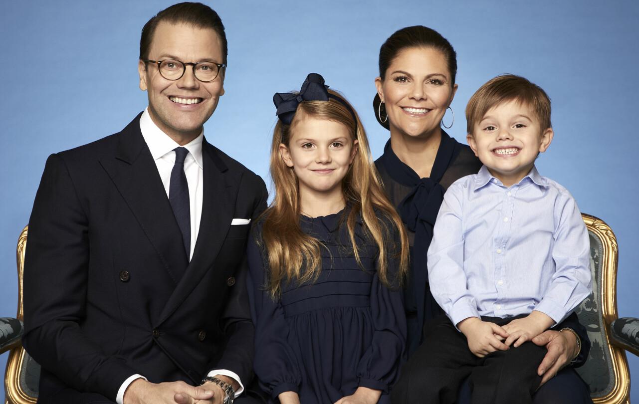 Daniel, Estelle, Victoria och Oscar poserar på en ny familjebild.