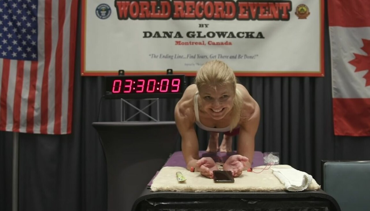 Dana Glowacka slår rekordet i planka.