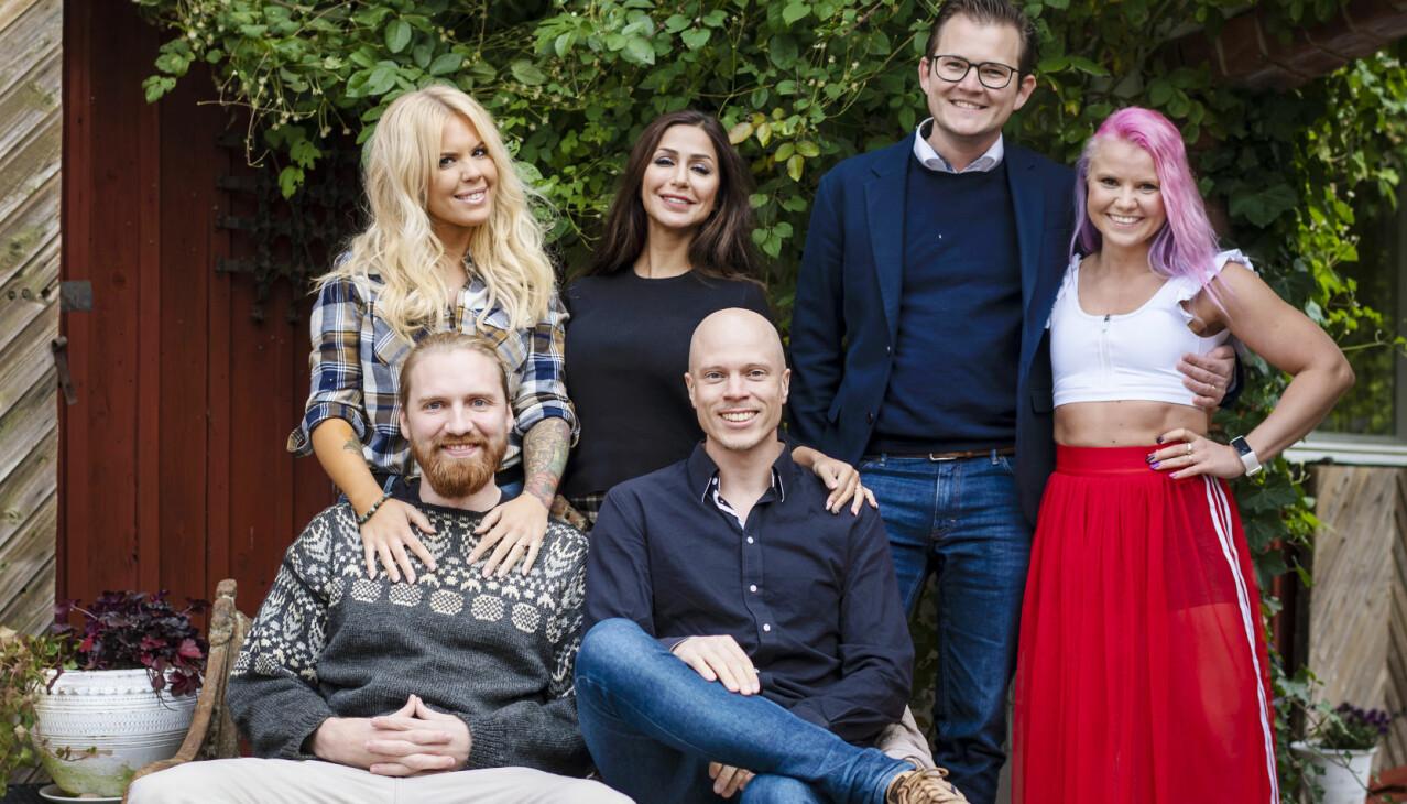 Jakob, Elina, Emil, Albin,Elahe och Maxine, deltagare i Gift vid första ögonkastet 2020, star framför ett rött hus.