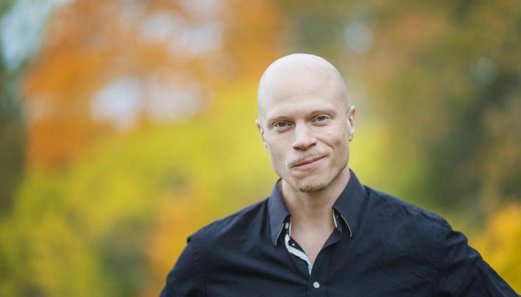 Emil, 34 år och deltagare i Gift vid första ögonkastet 2020 står framfor en grön bakgrund.