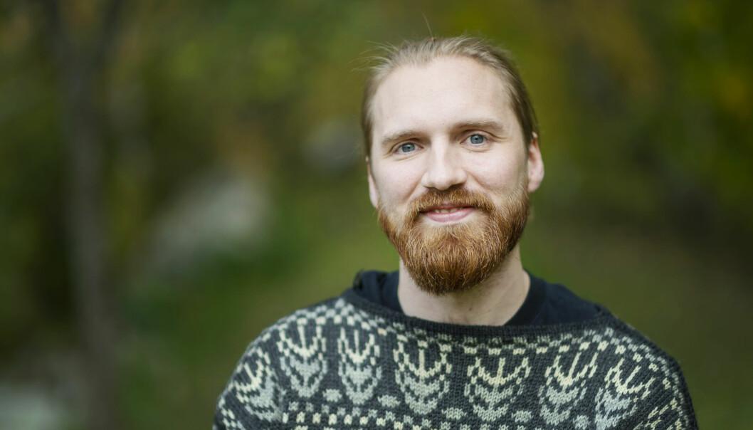 Albin, 29 år och deltagare i Gift vid första ögonkastet 2020, står framför grön bakgrund.