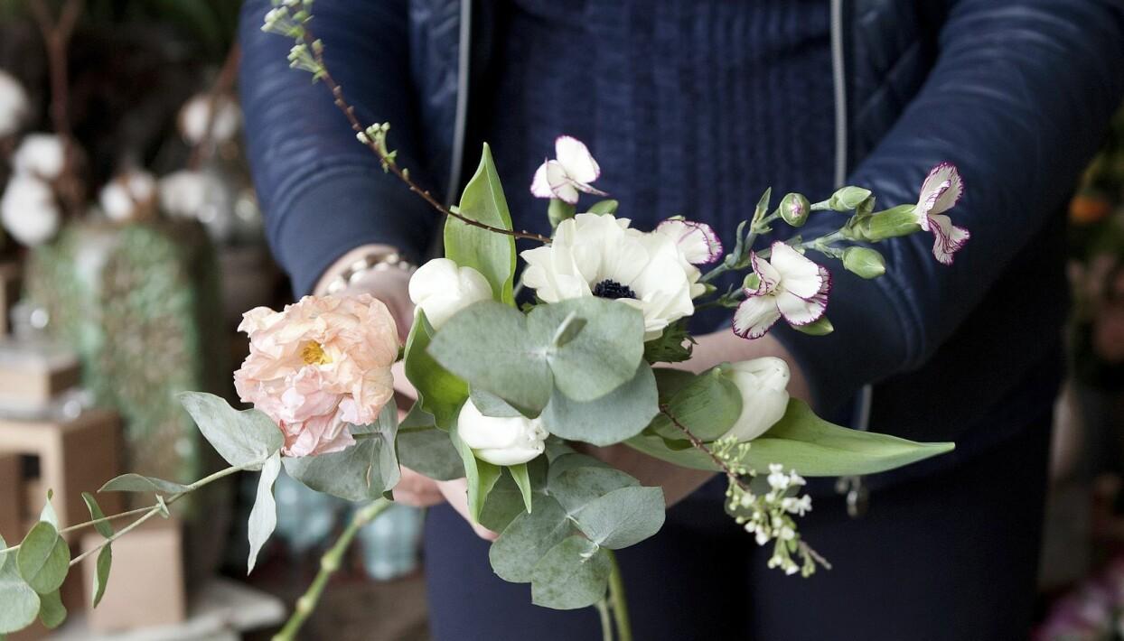 Steg två i hur du binder en fin bukett är att variera mellan blommor och blad.
