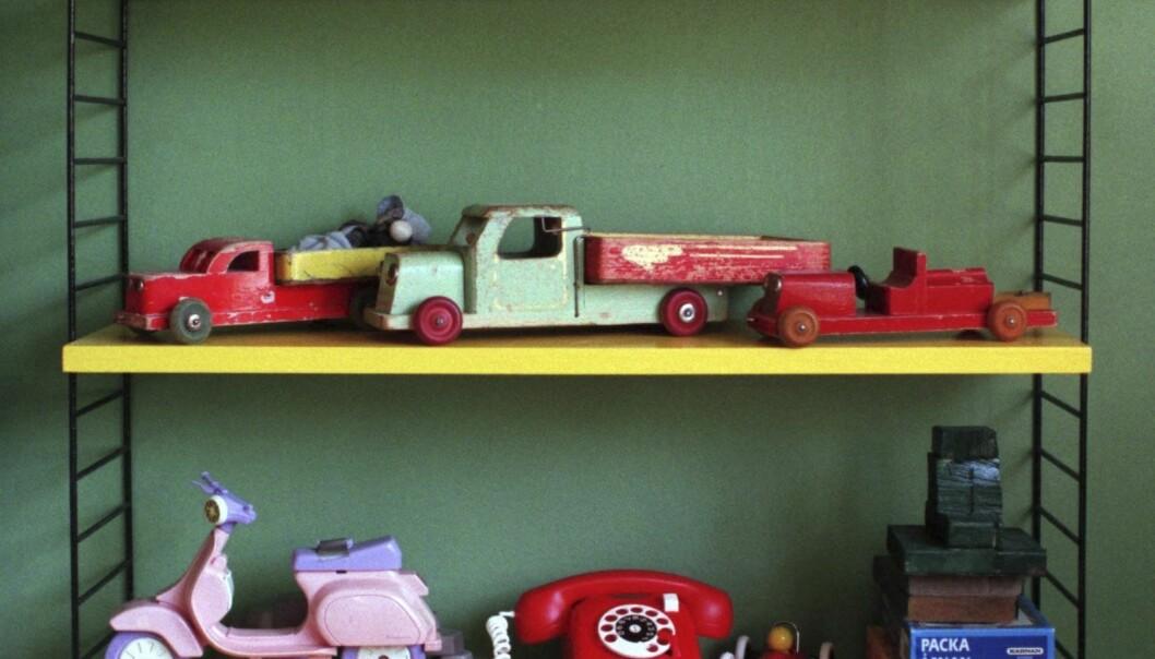 Stringhylla med gamla leksaksbilar