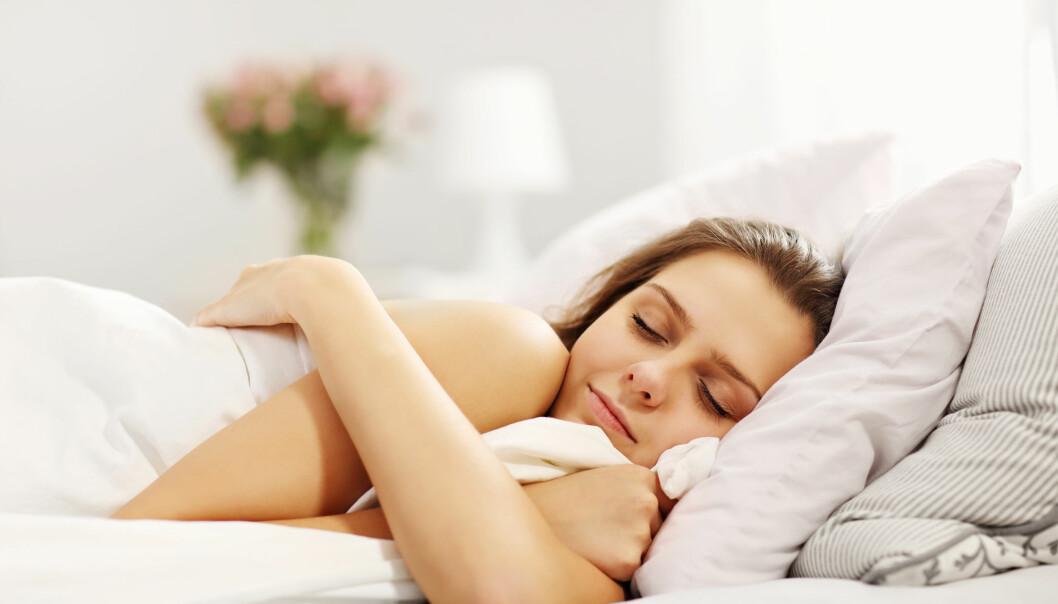 En kvinna sover gott i sängen