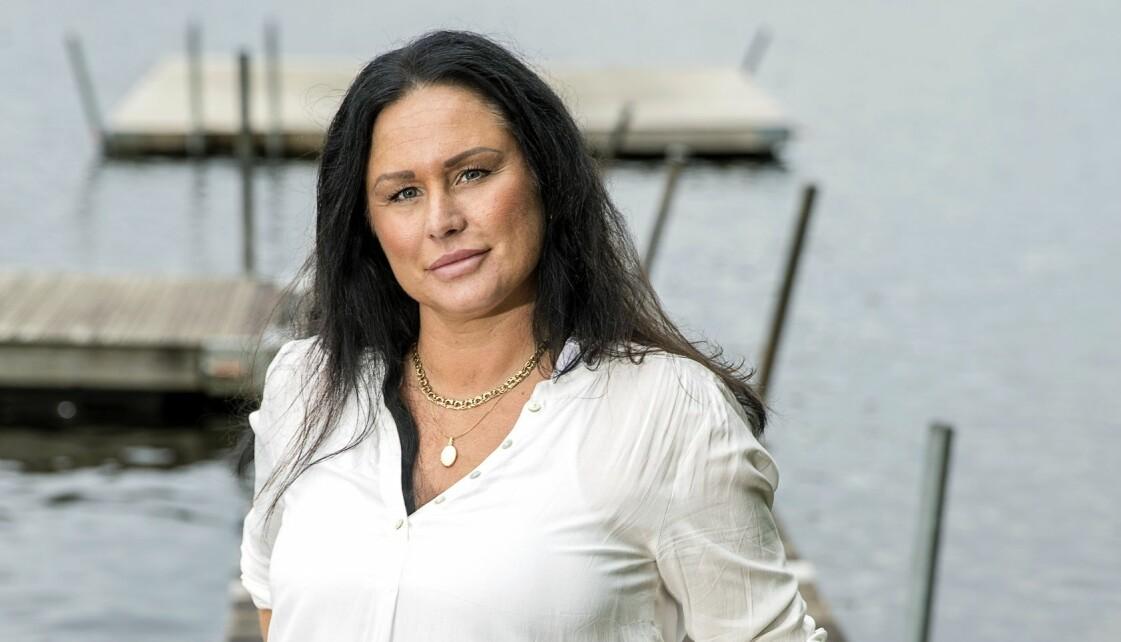 Carola, som drabbades av vulvacancer, vid en brygga.