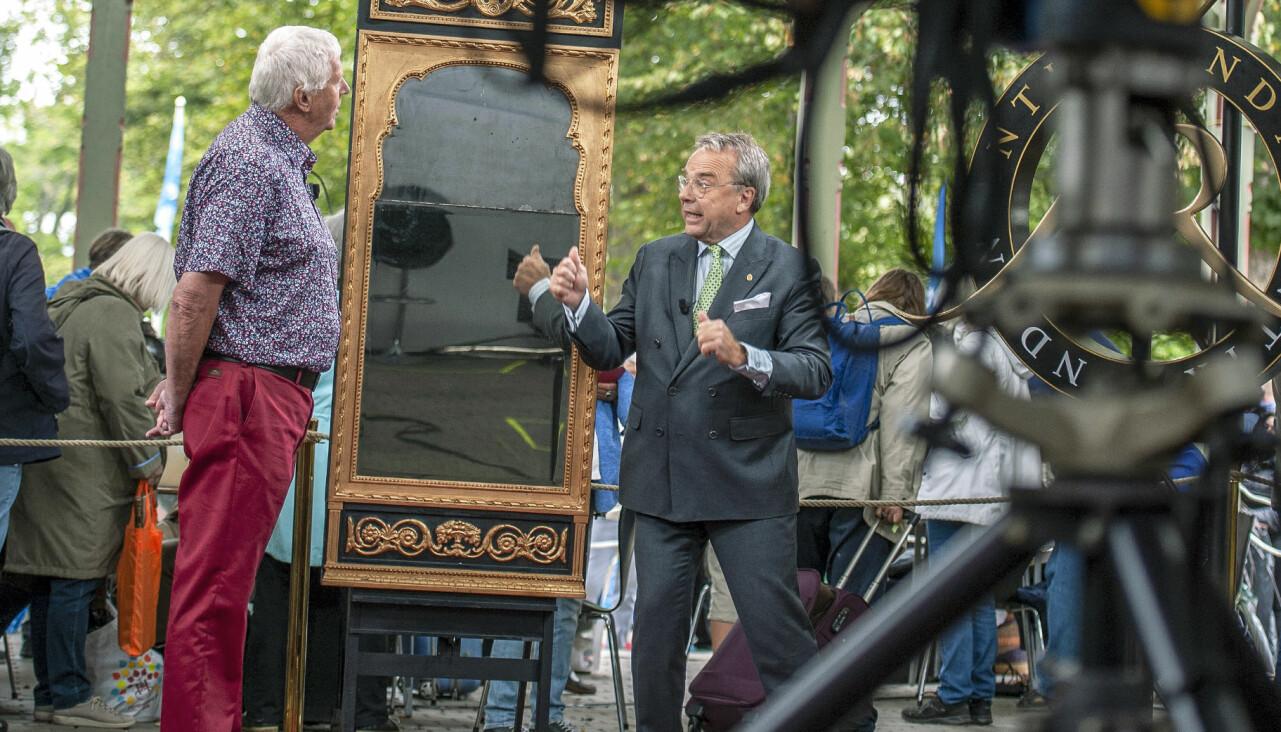 Knut Knutson värderar en spegel i Antikrundan.