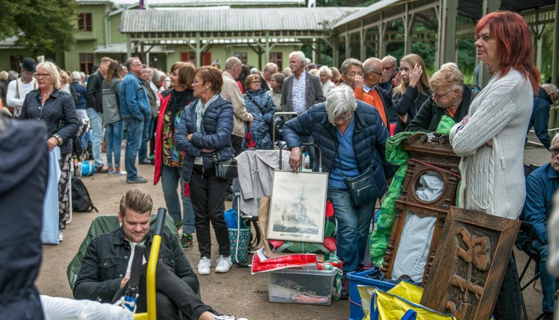 Besökare köar till Antikrundan i Ronneby.