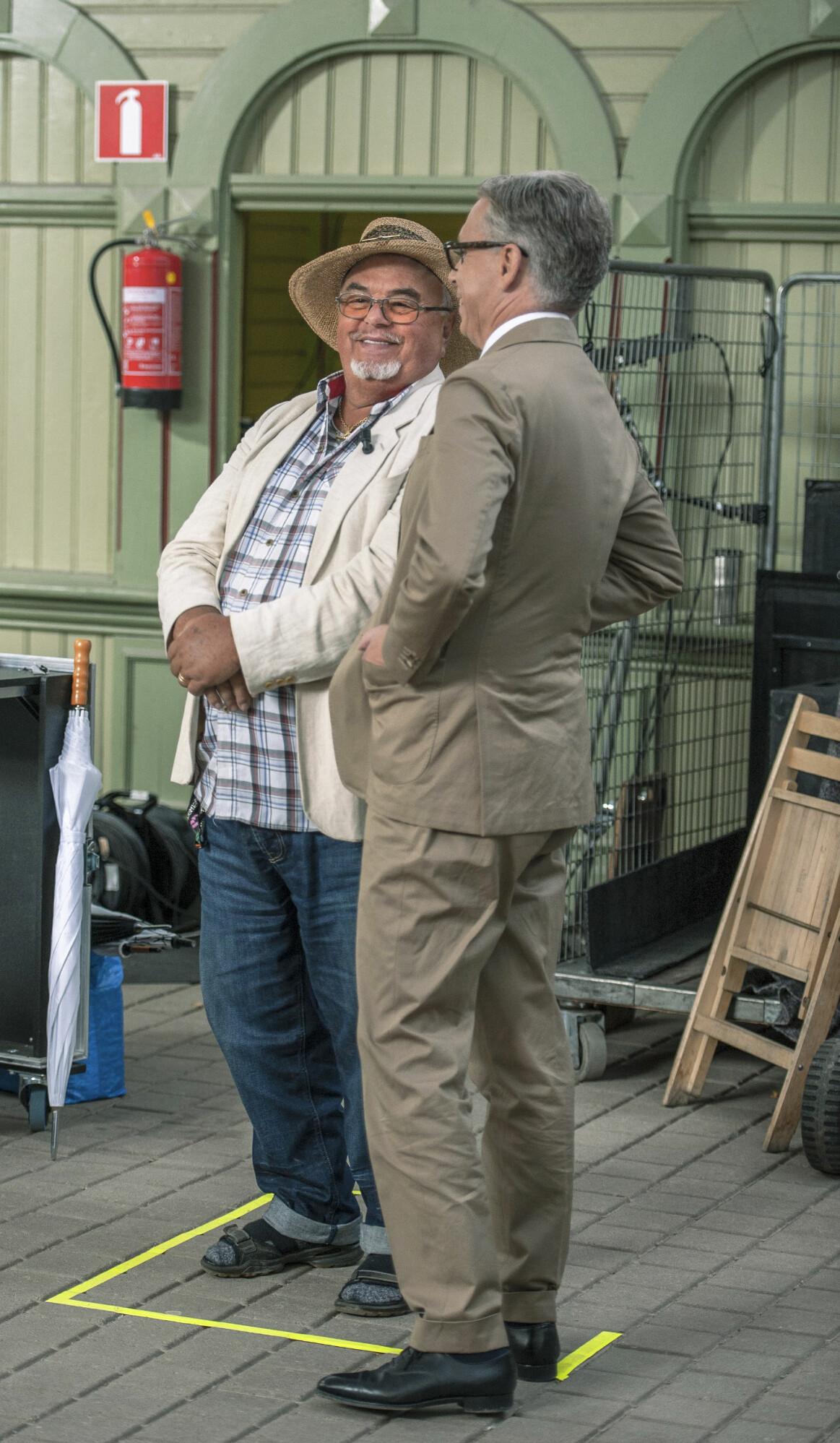 Andreas Rydén med besökaren Gert Olsson som vill få sin bronsskulptur värderad.