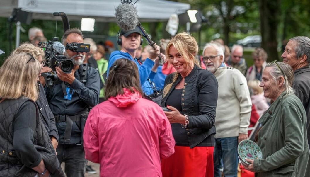 Anne Lundberg går runt bland besökarna på Antikrundan i Ronneby.